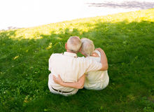 The happy old couple in the summer on a walk Royalty Free Stock Photos