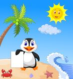 Happy penguin cartoon holding blank paper Royalty Free Stock Photos