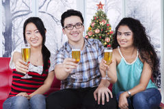 Happy people celebrating christmas at home Royalty Free Stock Photos