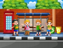 Free Happy School Children At The Bus Stop Royalty Free Stock Photos - 133336938