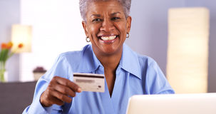 Happy senior Black woman holding credit card Royalty Free Stock Photography