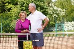 Happy senior couple playing tennis Stock Photography