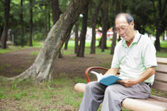 Happy senior man  reading  book Royalty Free Stock Photos