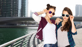 Happy smiling pretty teenage girls in sunglasses Royalty Free Stock Photos