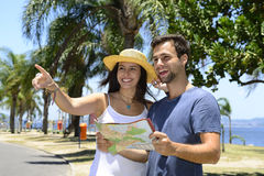 Happy tourist couple with map Royalty Free Stock Photos