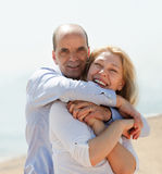 Happy tourist couple at sea beach on holiday smiling Royalty Free Stock Photography