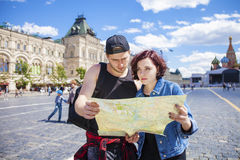 Happy tourists sightseeing city with map Royalty Free Stock Photos