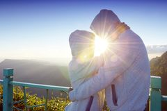 Happy Valentine: lovers amidst scenic mountain fog and sun Royalty Free Stock Photography