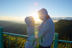 Happy Valentine: lovers amidst scenic mountain fog and sun Royalty Free Stock Photos