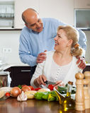 Happy vegetarian couple preparing vegetables Royalty Free Stock Photography