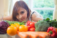 Happy woman cooking vegetables green salad Royalty Free Stock Photos