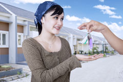Happy woman getting keys of her new house Royalty Free Stock Photos