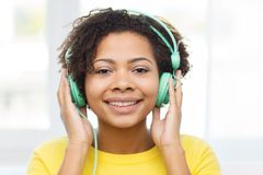 Happy woman with headphones listening to music Royalty Free Stock Photos