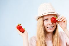 Happy woman holding strawberries Royalty Free Stock Photography