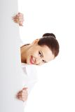 Happy woman holding white empty banner Royalty Free Stock Photos