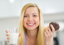 Happy woman with milk and chocolate muffin Stock Photography