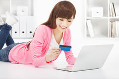 Happy woman online shopping at home Royalty Free Stock Photos