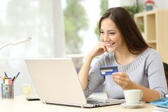 Free Happy Woman Paying With Credit Card On Laptop Stock Photography - 178969942