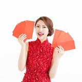 Happy woman wear cheongsam and showing Red envelopes Stock Photography