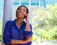 Happy young black woman calling by mobile phone Royalty Free Stock Photos