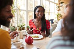 Free Happy Young Black Woman Eating Brunch With Friends At A Cafe Royalty Free Stock Photos - 136288008
