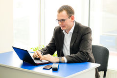 Business man using laptop in office Royalty Free Stock Photos