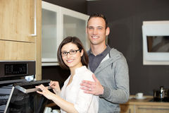 Happy Caucasian couple in front ov the oven Royalty Free Stock Photos