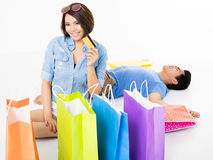 Happy young Couple with shopping bags and credit card Royalty Free Stock Photos