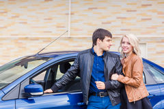 Happy young couple standing near the car Royalty Free Stock Photos