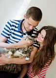 Happy young couple with their cat Royalty Free Stock Photography