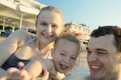 Happy young family at the seaside Royalty Free Stock Photos