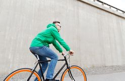 Happy young hipster man riding fixed gear bike Royalty Free Stock Photos