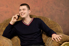Happy young man chatting on his mobile phone Royalty Free Stock Photos