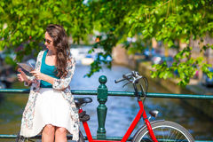 Happy young woman with city map and bikes in Royalty Free Stock Photos