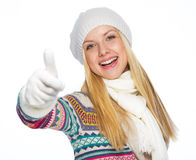 Happy young woman in winter clothes showing thumbs up Royalty Free Stock Photos