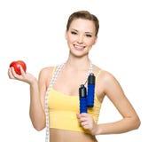 Happywoman met rode appel en touwtjespringen Stock Foto