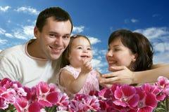 hapyy skies för blå familj Arkivbilder