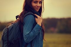 Har den äventyrliga kvinnan för den lyckliga fotvandringen en campa tur med blått royaltyfria bilder