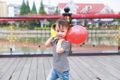 Har den färgrika ballongen för lycklig liten gullig älskvärd för barnleendet för flickan kinesisk lek för skrattet gyckel på somm arkivbilder