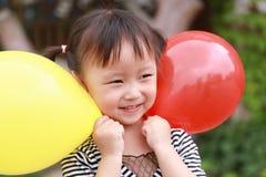 Har den färgrika ballongen för lycklig upphetsad glad för barnleendet för flickan gullig lek för skrattet gyckel på sommar att pa arkivfoto