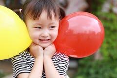 Har den färgrika ballongen för lycklig upphetsad glad för barnleendet för flickan gullig lek för skrattet gyckel på sommar att pa royaltyfria foton
