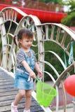Har den färgrika ballongen för lycklig upphetsad glad för barnleendet för flickan gullig lek för skrattet gyckel på sommar att pa royaltyfri fotografi