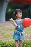 Har den färgrika ballongen för lycklig upphetsad glad för barnleendet för flickan gullig lek för skrattet gyckel på sommar att pa arkivfoton