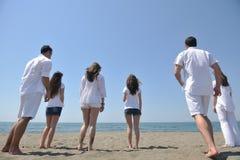 har den lyckliga roliga gruppen för stranden folkrunning royaltyfria bilder