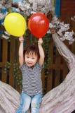 Har den röda ballongen för lycklig liten gullig älskvärd för barnleendet för flickan kinesisk lek för skrattet gyckel på sommar a royaltyfri fotografi
