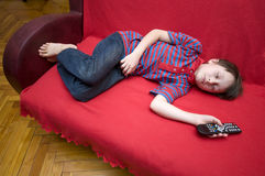 har den sovande pojken fallna framdelen tv:n som Royaltyfria Bilder