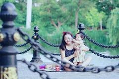 Har fri tid för familjen, barn gyckel med modern arkivbild