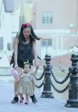 Har fri tid för familjen, barn gyckel med modern royaltyfria foton
