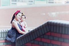 Har fri tid för familjen, barn gyckel med modern fotografering för bildbyråer