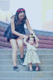 Har fri tid för familjen, barn gyckel med modern arkivfoto